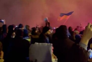 На Украине радикалы забросали офис президента петардами