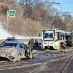 В Иркутске трамвай устроил массовое побоище на дороге (видео)