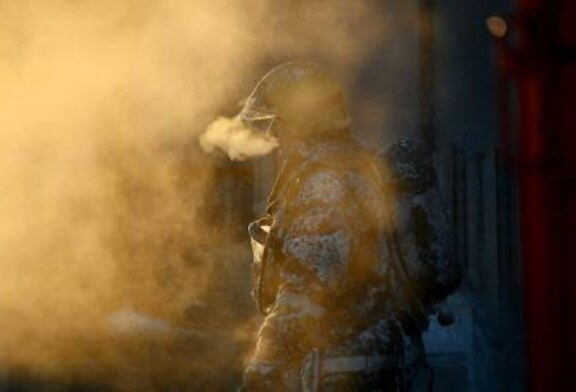 На севере Москвы загорелся ангар