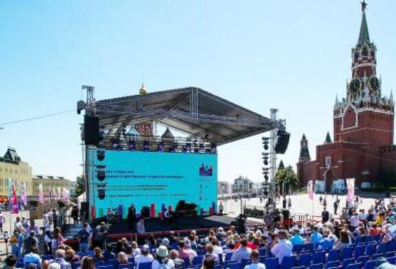 Распродажа под стенами Кремля: «Красной площади» коронавирус не страшен
